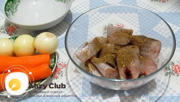 Для приготовления минтая тушеного в сметане с луком добавьте специи