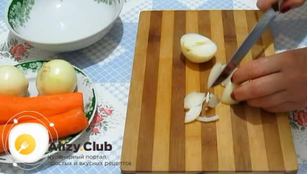 Для приготовления минтая тушеного в сметане с луком добавьте лук