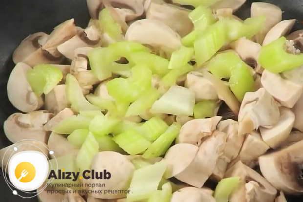 Для приготовления тушеной капусты с мясом обжарьте грибы