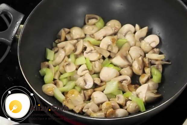 Для приготовления тушеной капусты с мясом оставьте овощи остывать