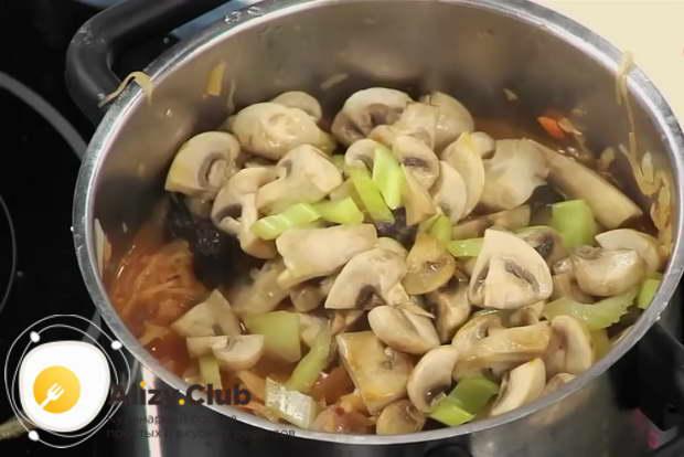 Для приготовления тушеной капусты с мясом тушите капусту 15 минут
