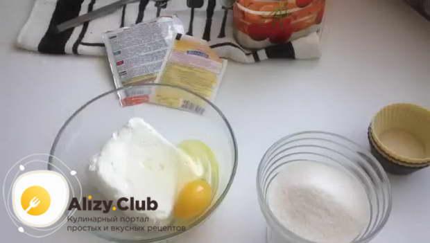 Соединяем в отдельной миске одно яйцо с 265 граммами творога