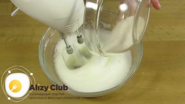 Не прекращая взбивать, небольшими порциями вводим 100 г сахара