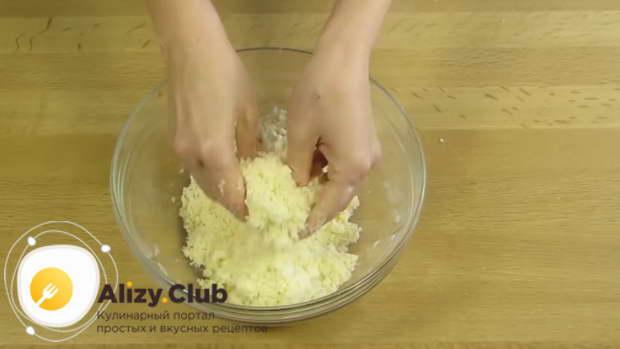 Все ингредиенты растираем руками до состояния крошки