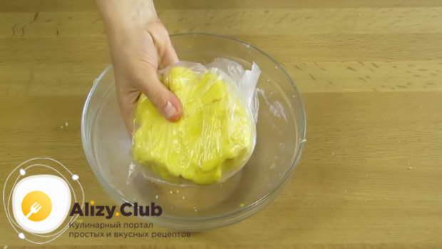 Тесто перекладываем в пакет или в пищевую плёнку