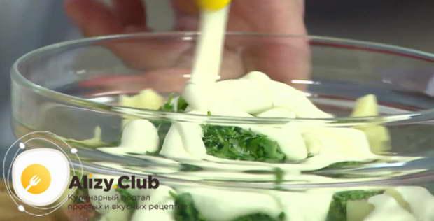 Солим и перчим салат по вкусу, а также заправляем небольшим количеством майонеза