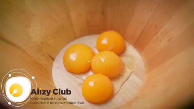 В глубокую емкость отделяем от белков четыре желтка