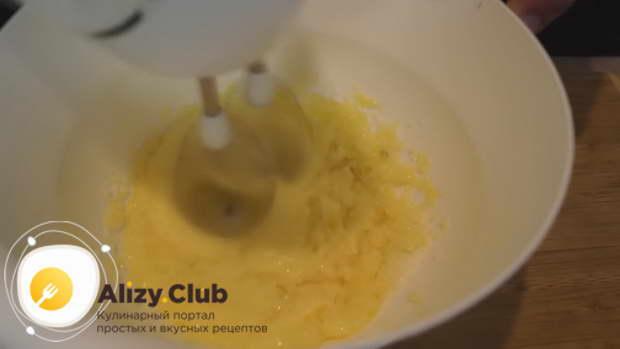 Отделенные желтки взбиваем вместе со 125 г сахара