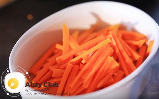 нарезаем соломкой морковь