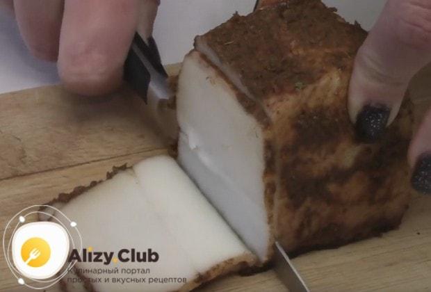 Вот мы и рассказали, как приготовить вкусное сало в луковой шелухе.