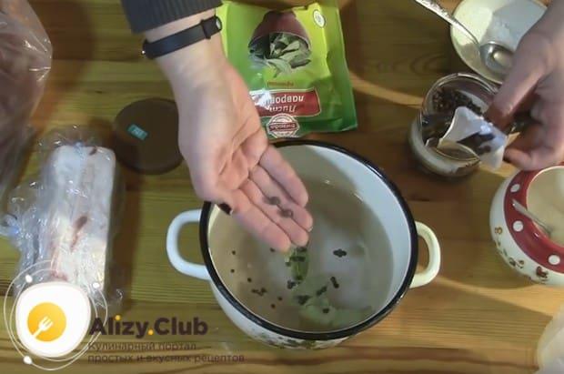 А вот еще один простой рецепт вареного сала в луковой шелухе.