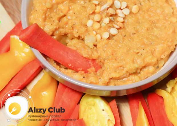 Готовый гороховый хумус выкладываем в удобную посуду и подаём к столу