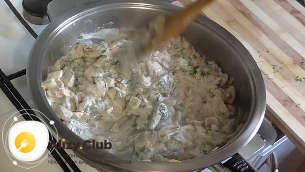 жареные шампиньоны с луком на сковороде