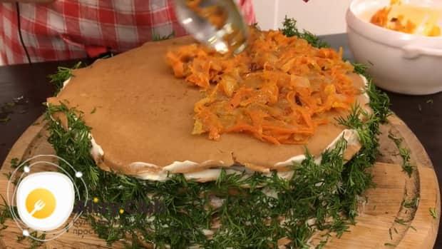 Для приготовления печеночного торта нарежьте зелень