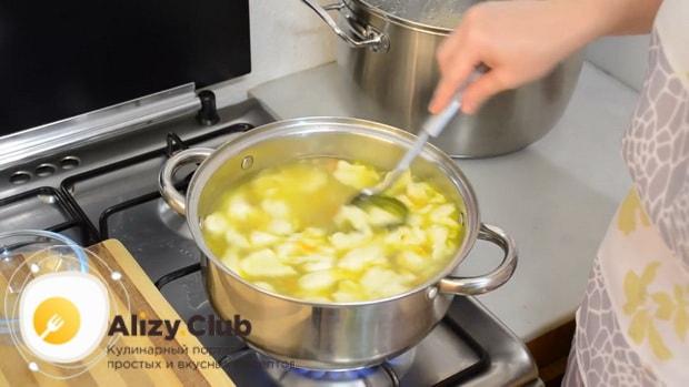 Вкусный суп с клецками на курином бульоне готов
