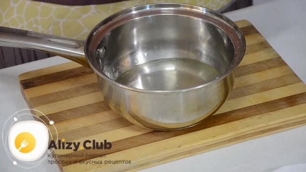 Для приготовления супа с клецками на курином бульоне, разогрейте воду
