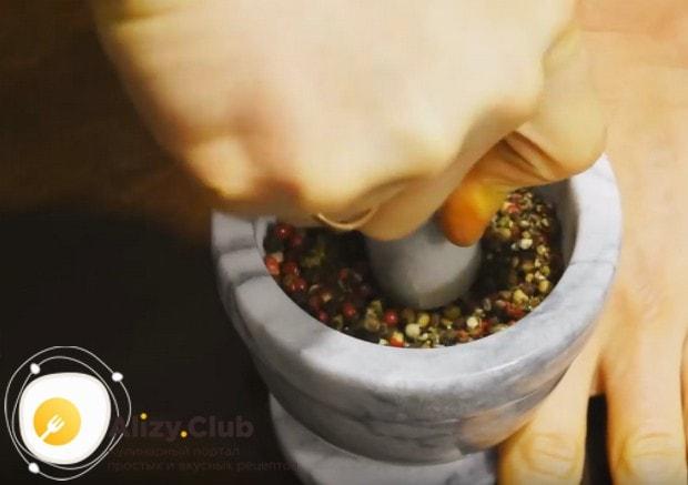 В ступке измельчаем смесь перцев.