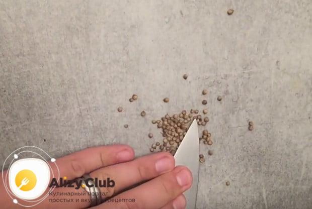 В ступке или ножом измельчаем зерна кориандра.