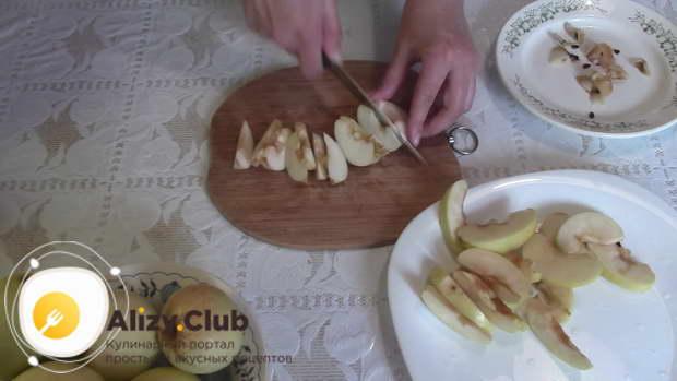Помытые яблоки разрежьте пополам