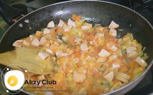 выкладываем колбасу на сковородку, перемешиваем компоненты блюда.