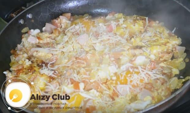 Яичница с помидорами и луком и колбасой будет еще вкуснее, если посыпать ее сыром.