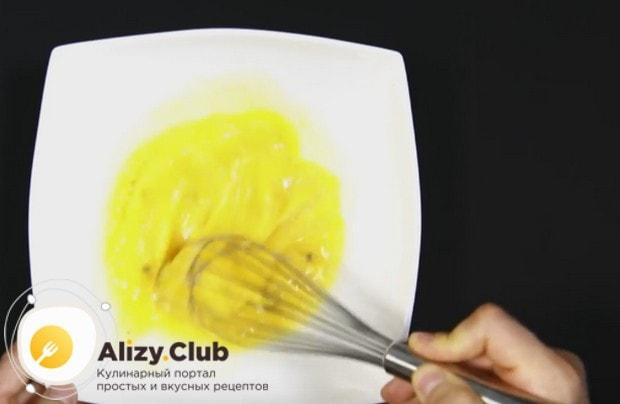 В миске взбиваем яйца с солью.