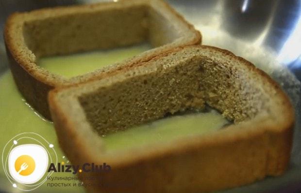 На сковороду кладем сливочное масло, а после него выкладываем хлеб.