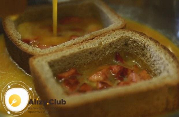 В такие хлебные ячейки кладем колбасу и заливаем ее взбитыми яйцами.