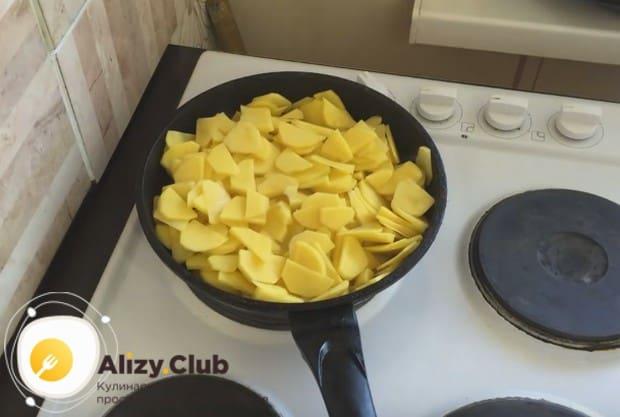 На разогретую сковороду с растительным маслом выкладываем картофель.
