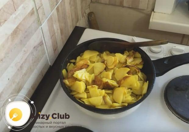 Перемешиваем картошку только после образования румяной корочки!