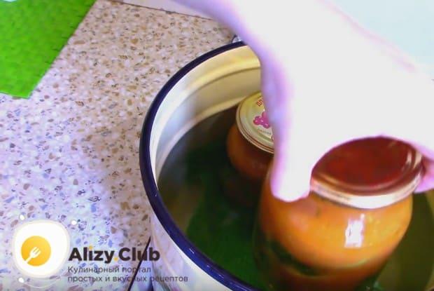 Жареные кабачки в томатном соусе на зиму по этому рецепту надо простерилизовать.