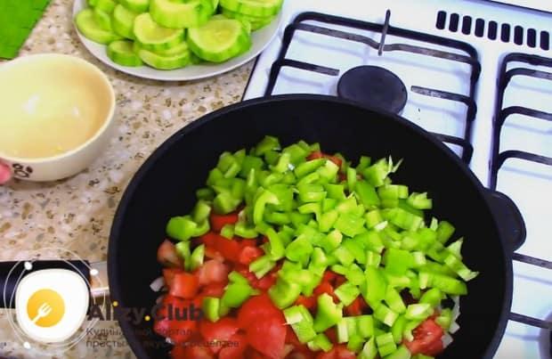 К луку добавляем перец и помидоры и тушим все вместе.