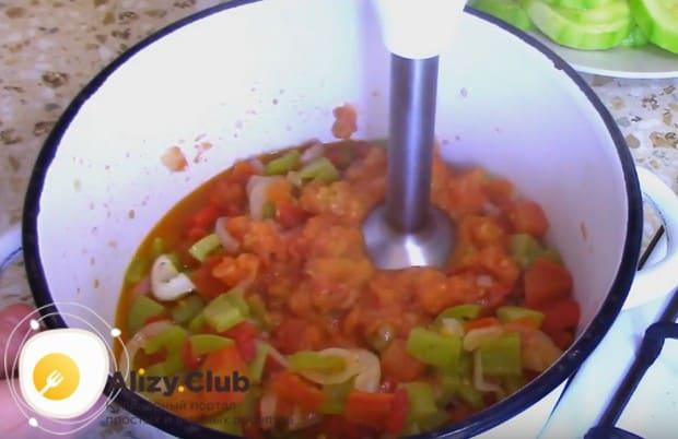 Протушенные овощи перебиваем блендером в однородное пюре.
