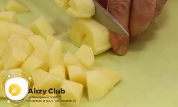 Для приготовления жаркого по домашнему в горшочках, нарежьте картофель