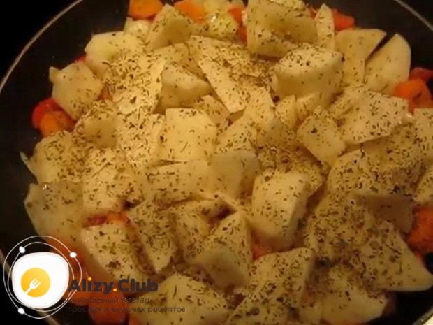 Для приготовления жаркого в горшочках с курицей и картошкой, нарежьте картошку
