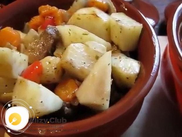 Для приготовления жаркого в горшочках с курицей и картошкой, включите духовку.