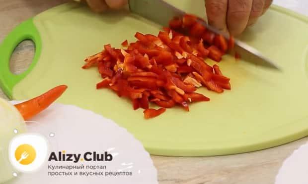 Для приготовления жаркого по домашнему в горшочках, нарежьте перец