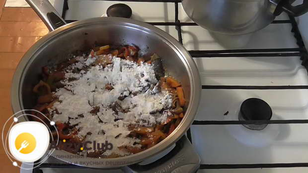Добавьте к содержимому сковороды 30 г муки, перемешайте