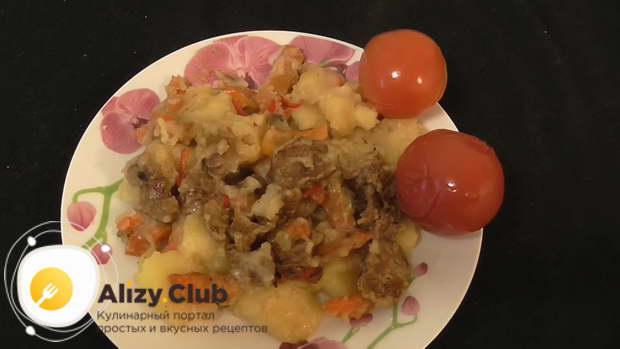 Выложите овощи и грибы к картошке, перемешайте, посолите по вкусу