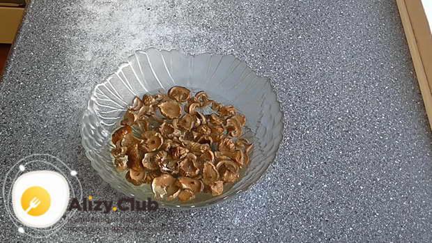 Возьмите 140 г сушеных белых грибов