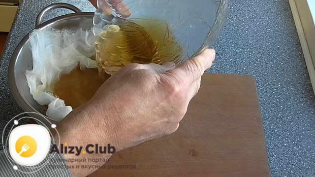 Воду с грибов процедите через марлю на дуршлаге