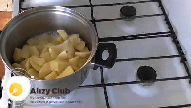 Начистите и нарежьте в произвольной форме 1 кг картошки