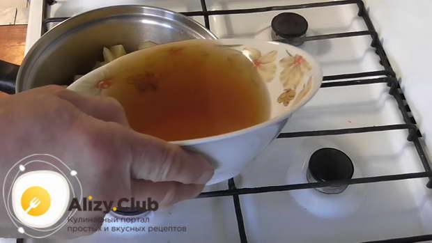 Отлейте в стакан примерно 100 мл грибного настоя