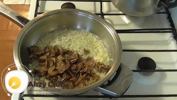 На разогретую сковороду налейте 25 г растительного масла и выложите нарезанный лук