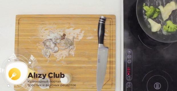Для приготовления жульена из креветок со сливками обжарьте брокколи