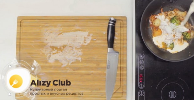 Для приготовления жульена из креветок со сливками подготовьте ингредиенты
