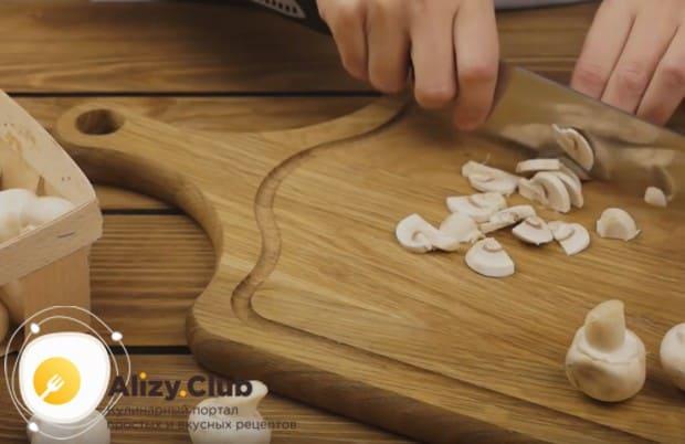 Очень просто и быстро готовится грибной жульен из шампиньонов.