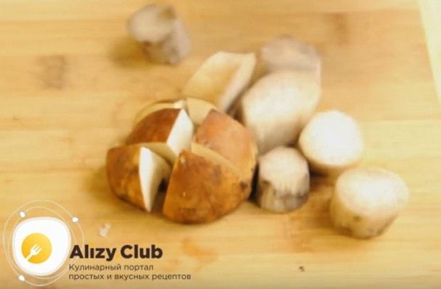 Приготовим жульен из белых грибов.