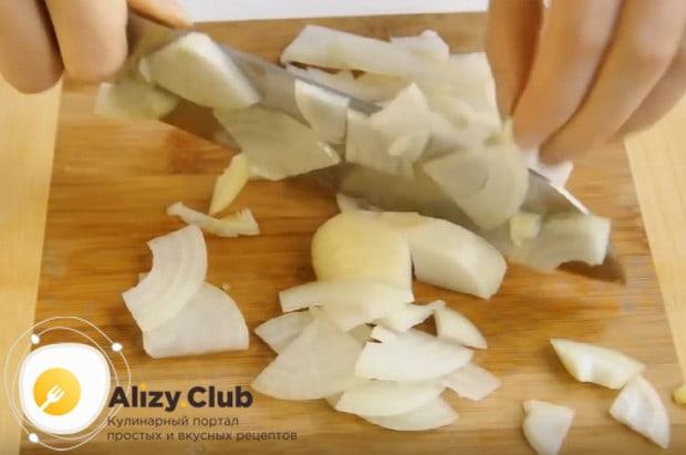 Для приготовления грибного жульена нам также понадобится лук.