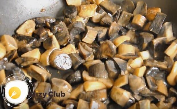 Отдельно от лука тушим лесные грибы.
